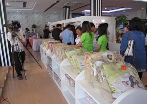 Chăn ga gối đệm Everon trưng bày trong showroom tại Campuchia